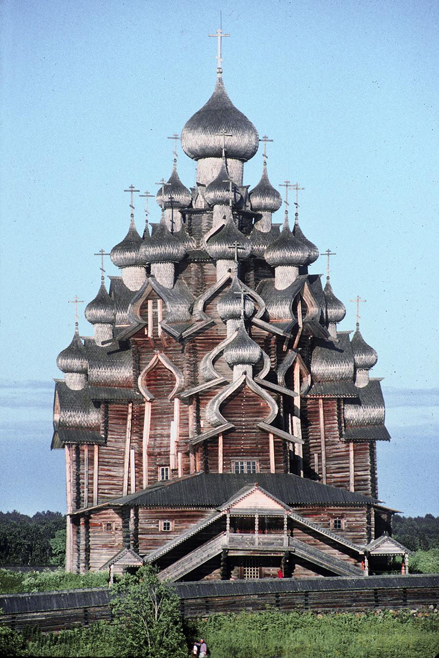 Kizhí pogost. Iglesia de la Transfiguración, vista oeste desde el lago Onega. 13 de julio de 1993
