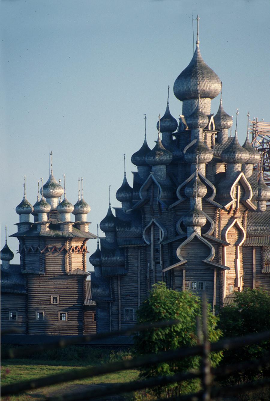 Pogost de Kizhí, vista norte con teleobjetivo a través de una valla de los pastos. Desde la izquierda: Iglesia de la Intercesión, Iglesia de la Transfiguración. 6 de agosto de 1991