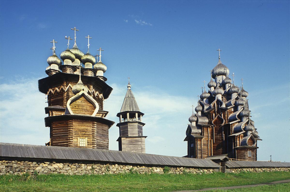 Pogost de Kizhí. Vista sureste con el muro de piedra. Desde la izquierda: Iglesia de la Intercesión, campanario, Iglesia de la Transfiguración. 13 de julio de 2007