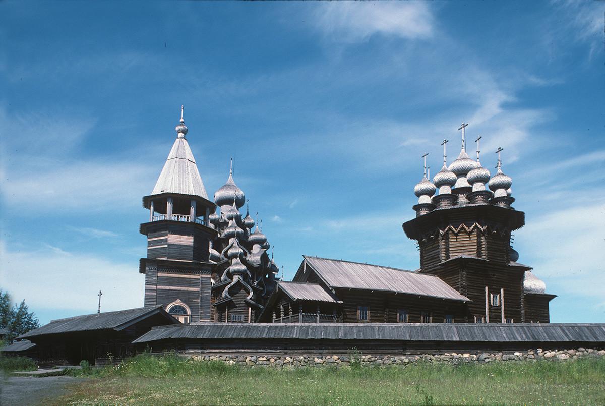 Pogost de Kizhí. Vista sur con muro de piedra. Desde la izquierda: campanario, iglesia de la Transfiguración (al fondo), iglesia de la Intercesión. 13 de julio de 1993