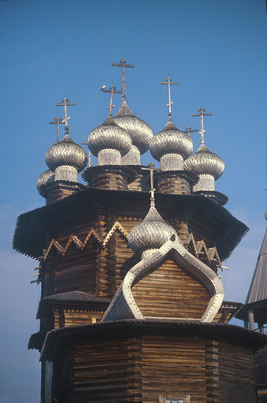 Iglesia de la Intercesión, vista este. Caños de lluvia de madera visibles en la parte inferior del patrón de comillas angulares. 13 de julio de 2007