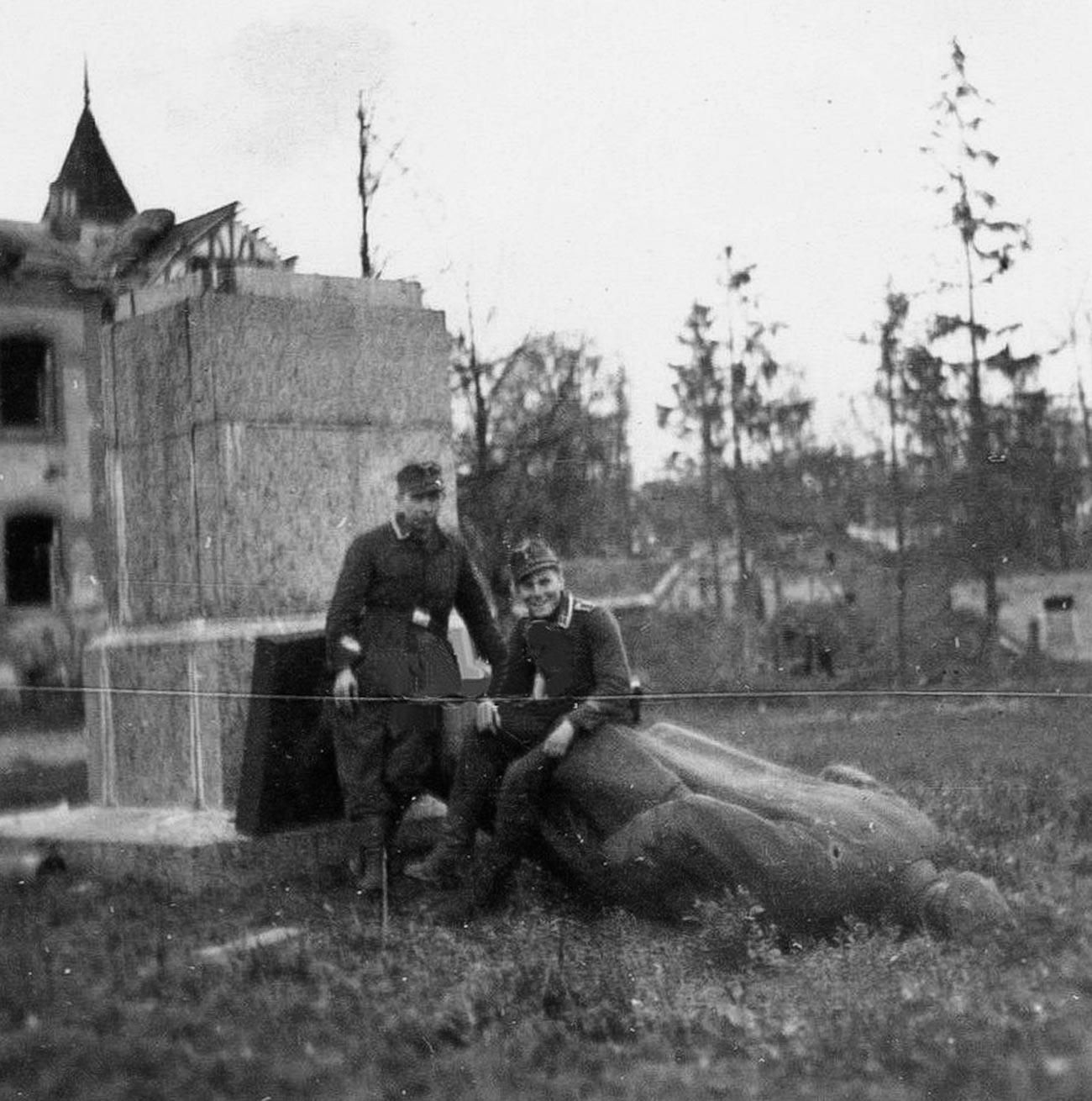 Немцы у поваленного памятника Ленину в Пушкине, 1941