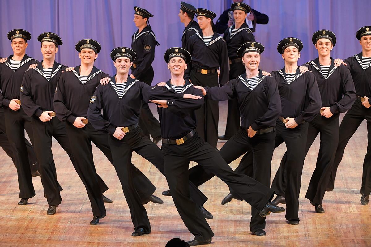 A dança Iáblotchko de artistas do balé Igor Moiseyev.