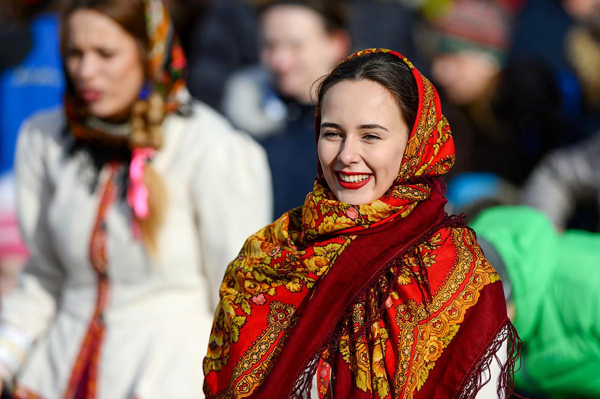 Участница Масленичных гуляний на Площади Революции в Москве.