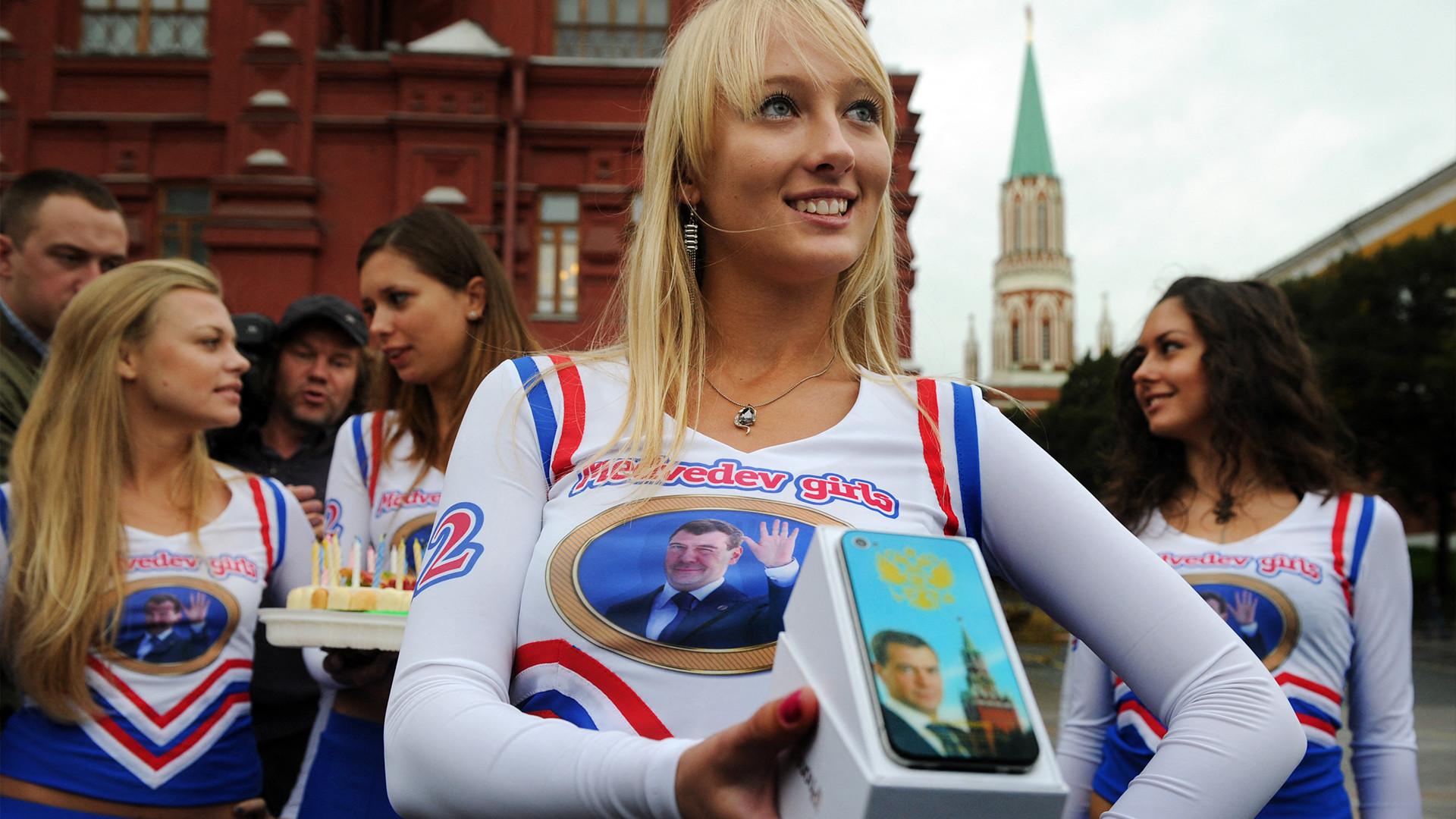 'Medvedev Girls' merayakan ulang tahun Presiden Dmitry Medvedev.
