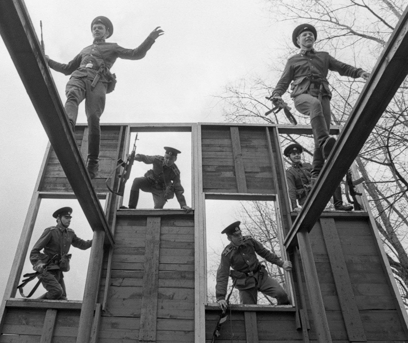 Obuka na poligonu s preprekama Krasnoznamenskog instututa KGB-a, SSSR.