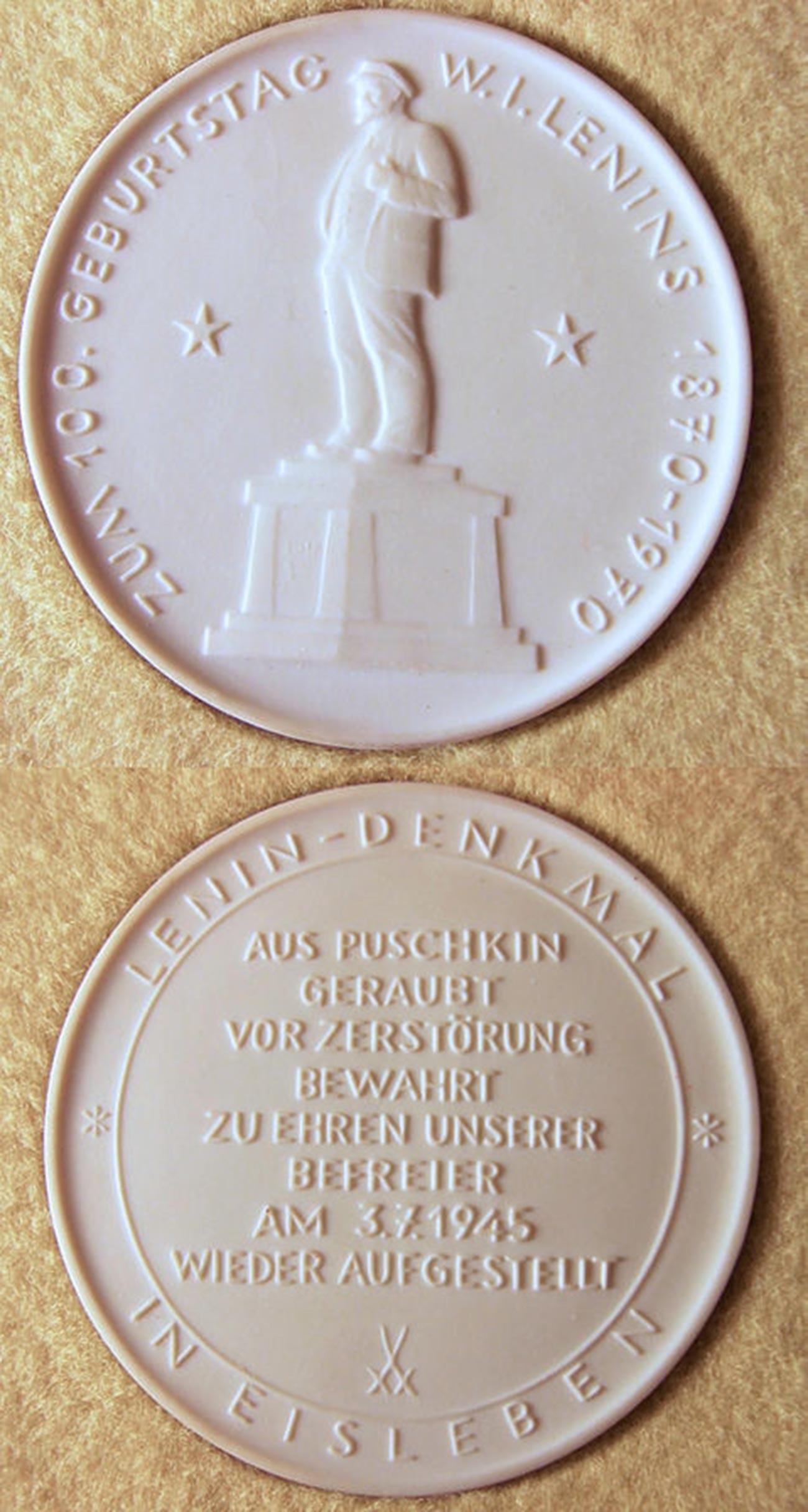 Medaglia commemorativa (1970) in porcellana di Meissen per il 100° anniversario del compleanno di Lenin, con l'immagine del monumento a Lenin a Eisleben