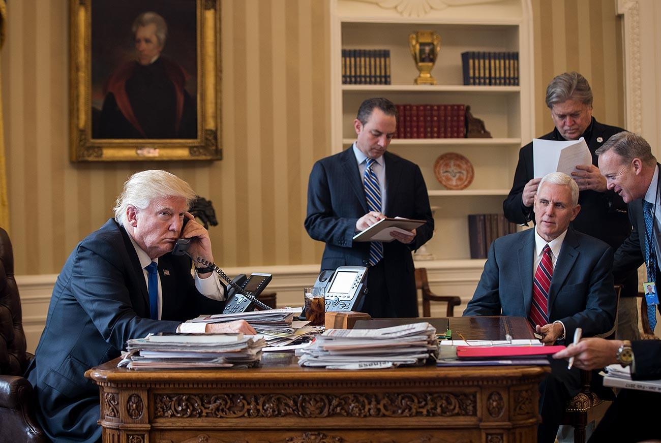 Дональд Трамп разговаривает по телефону с Владимиром Путиным в своем кабинете