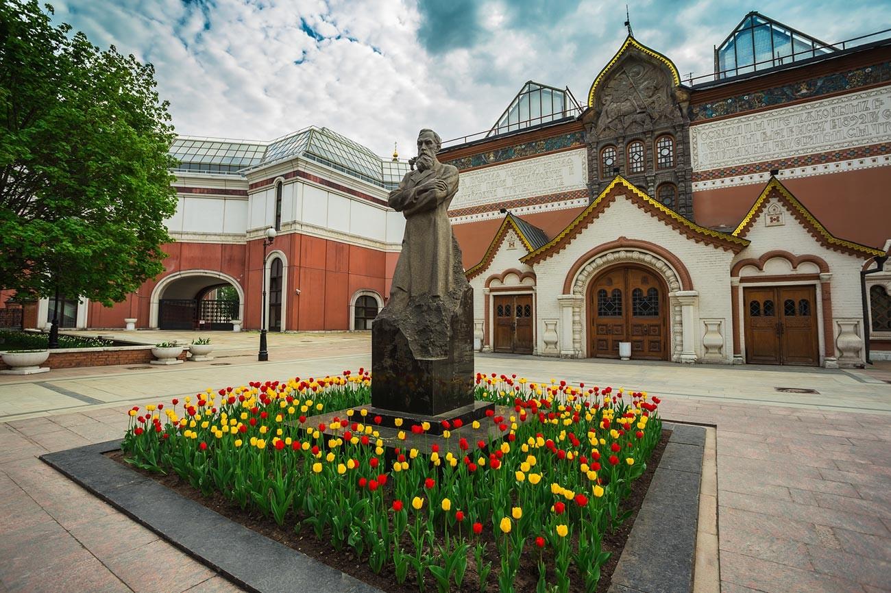 Памятник Павлу Третьякову на фоне Третьяковской галереи