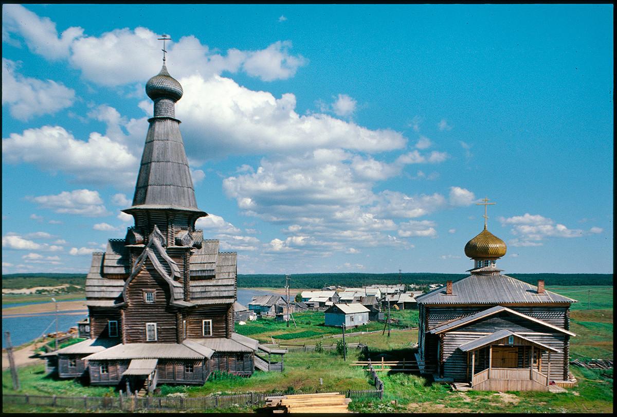Varzuga, orilla derecha. Iglesia de la Dormición (izquierda) e Iglesia de San Atanasio de Alejandría. Vista este desde el campanario. 21 de julio de 2001