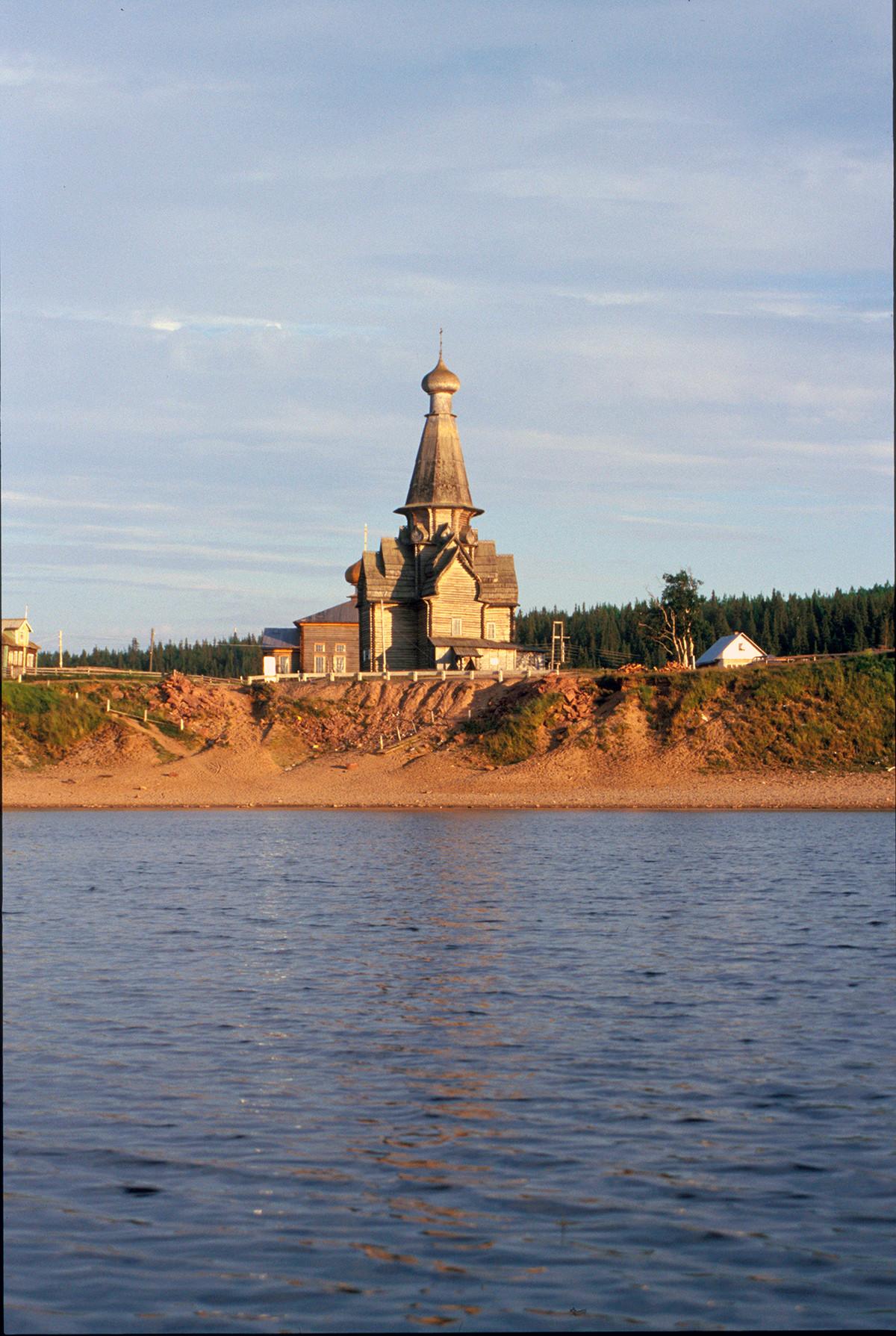 """Varzuga. Vista sur del río Varzuga hacia la orilla derecha (""""lado de Prechistenka"""") con la iglesia de la Dormición. 21 de julio de 2001"""
