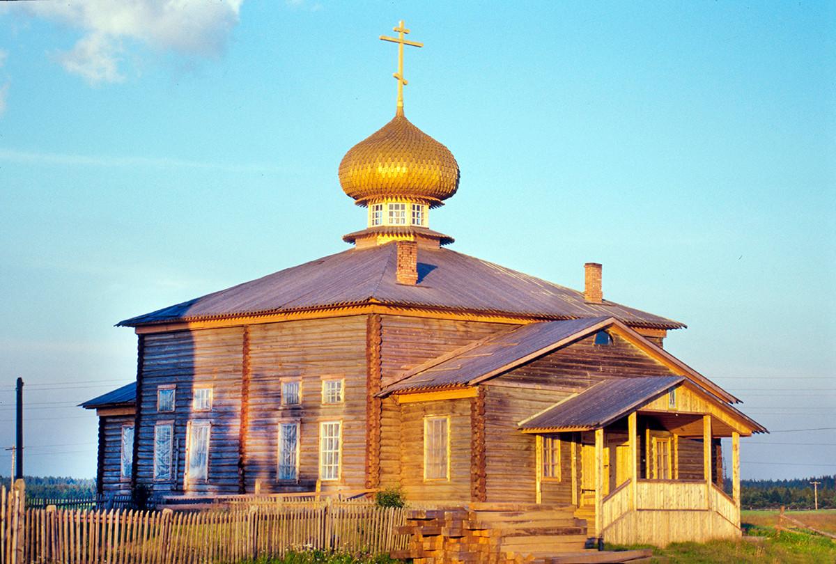Varzuga. Iglesia de San Atanasio de Alejandría, vista noroeste. 20 de julio de 2001