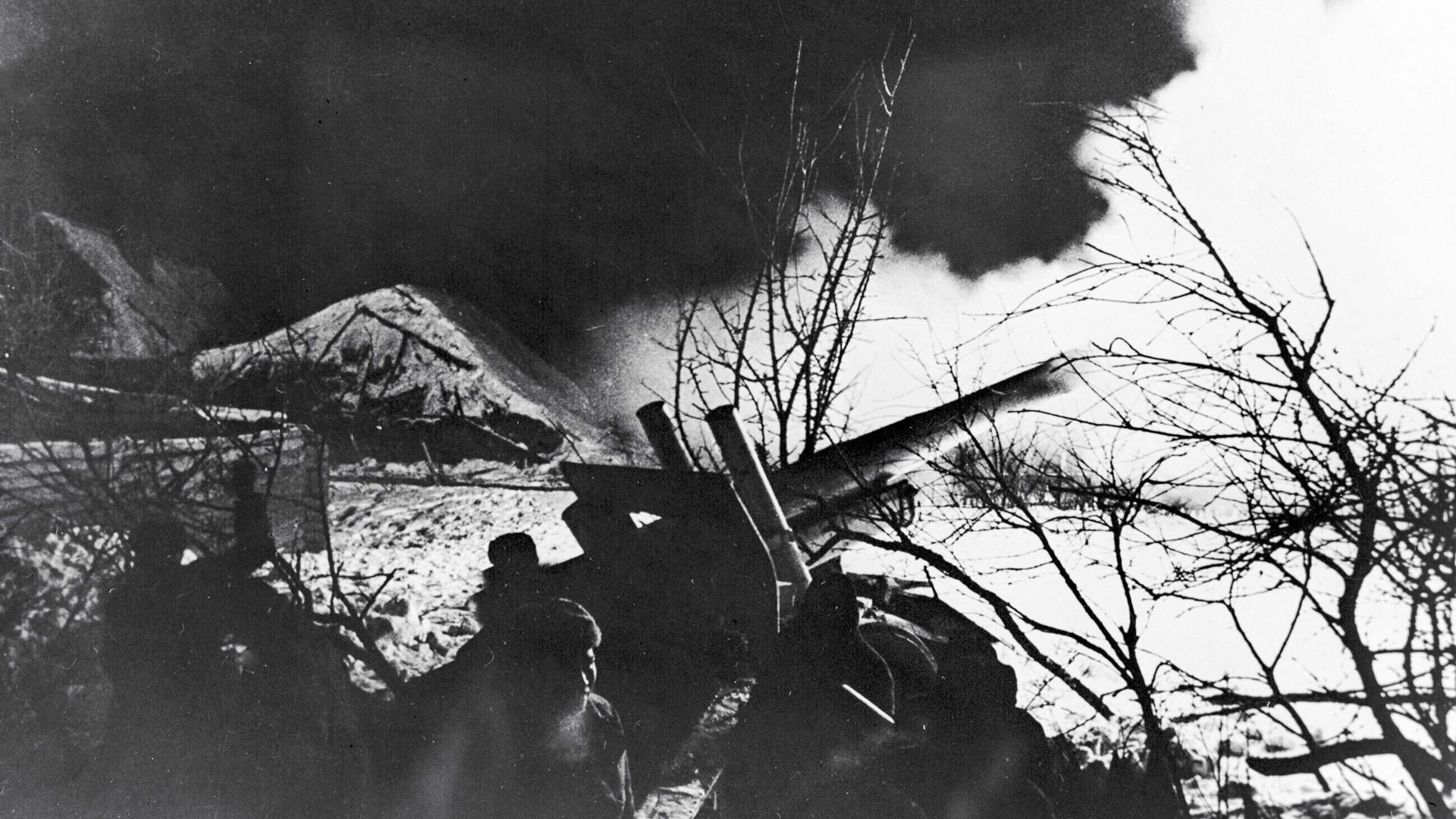 Grande guerre patriotique 1941-1945. Pièces d'artillerie en position de tir à la périphérie de Moscou