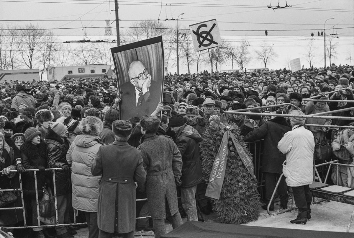 Dezenas de milhares de cidadãos soviéticos foram dar o último adeus a Andrêi Sákharov, em 1989.