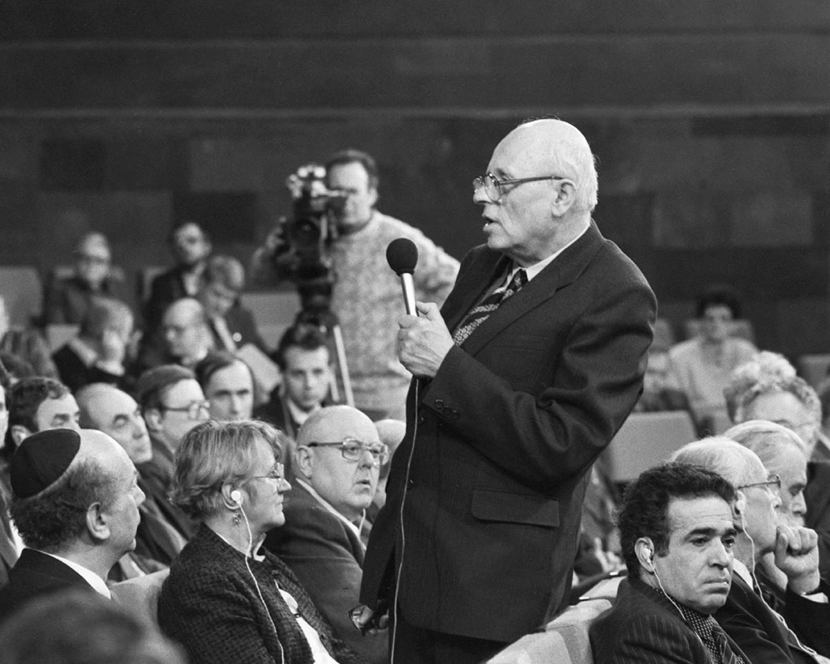 Сахаров начал вести активную общественную деятельность в конце 50-х.