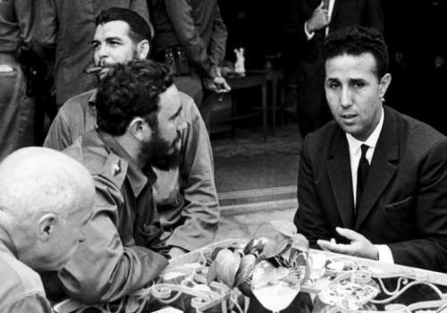 Ahmed Ben Bella junto al Che Guevara y Fidel Castro