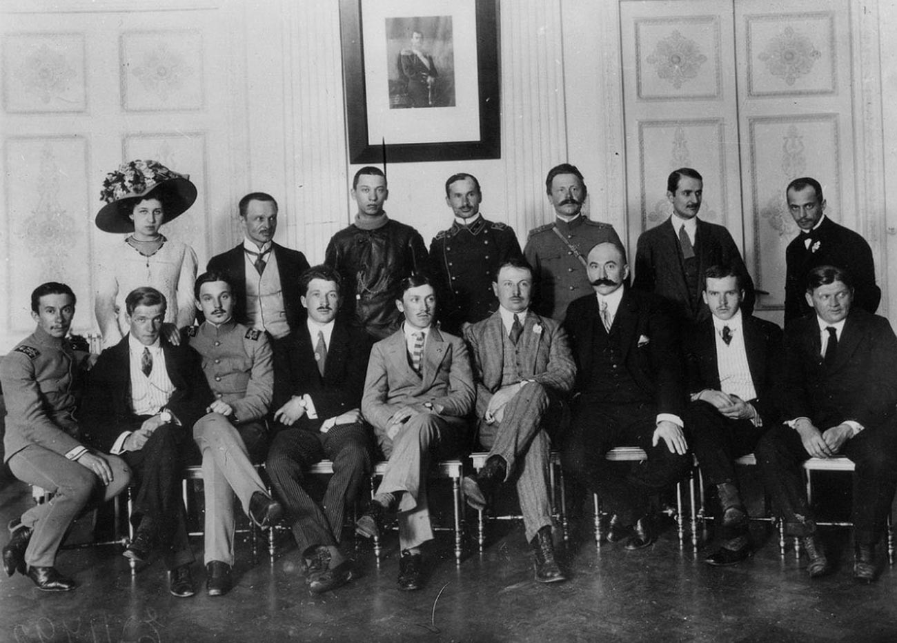 Zvereva bersama para penerbang Rusia.