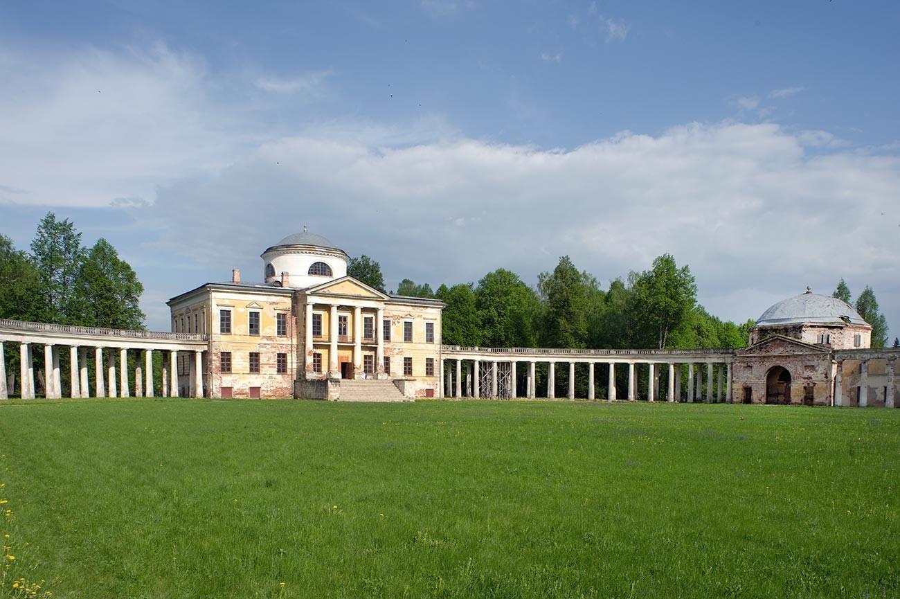 Znamenskoie-Rayok. Mansión. Fachada oeste con columnata adjunta, y pabellón sureste. 14 de mayo de 2010