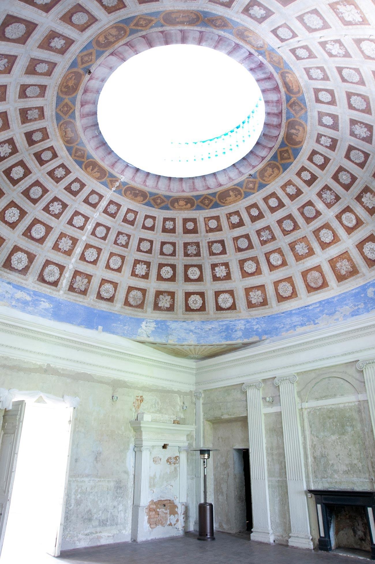Znamenskoie-Rayok. Interior de la mansión. Gran salón con cúpula. 14 de mayo de 2010