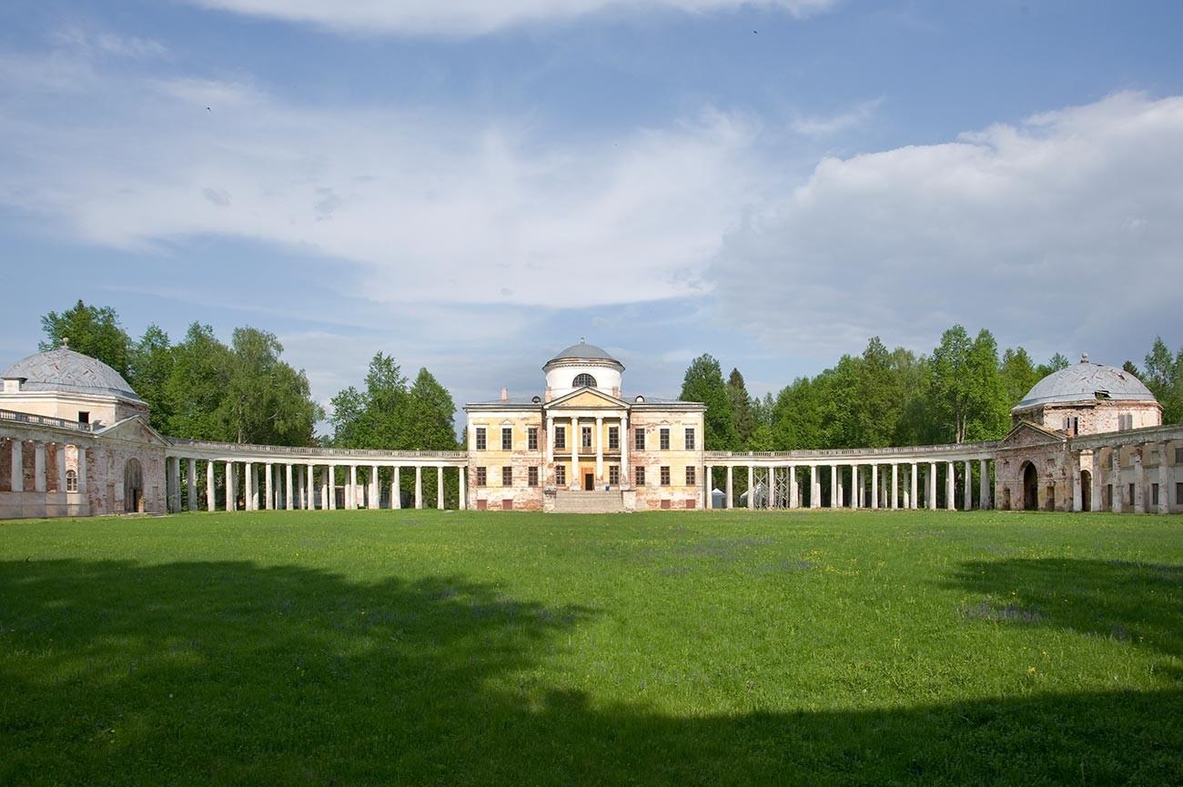 Finca de Znamenskoie-Rayok. Mansión y columnata adjunta con pabellones flanqueantes. Vista oeste. 14 de mayo de 2010.