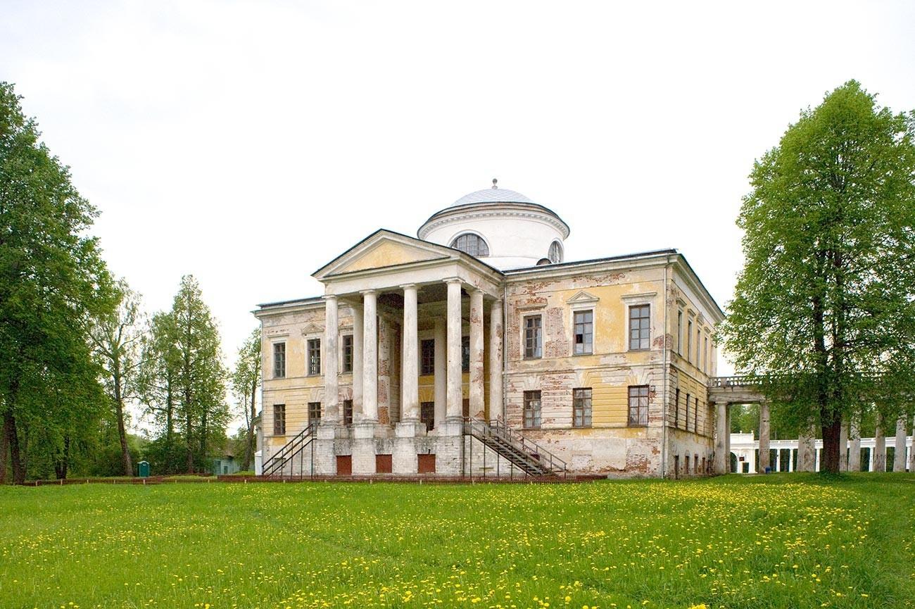 Znamenskoie-Rayok. Mansión, vista este. 14 de mayo de 2010.