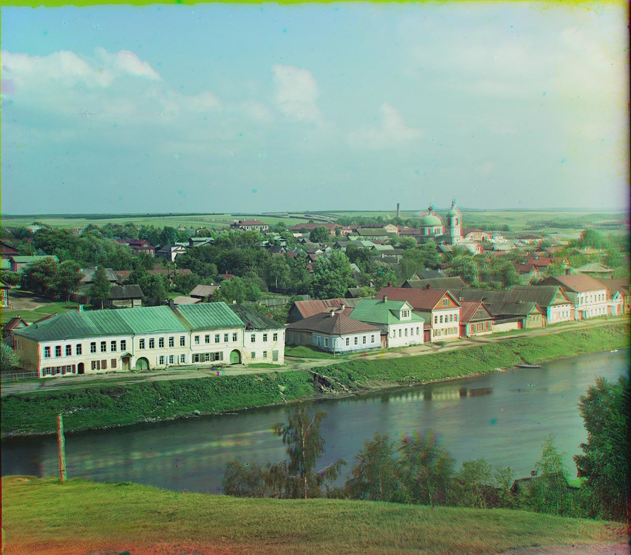 Torzhok. Vista suroeste desde el acantilado que domina el río Tvertsa, cerca del monasterio de los Santos Boris y Gleb. Centro en el horizonte: carretera arbolada de Moscú (ubicación de la finca Znamenskoie-Rayok a la derecha). Verano de 1910.