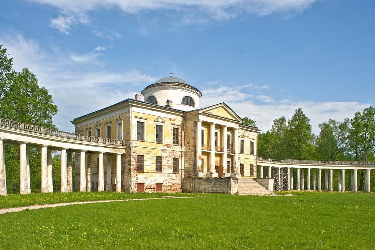 Finca Znamenskoie-Rayok. Mansión y columnata adjunta, frente oeste. 14 de mayo de 2010.