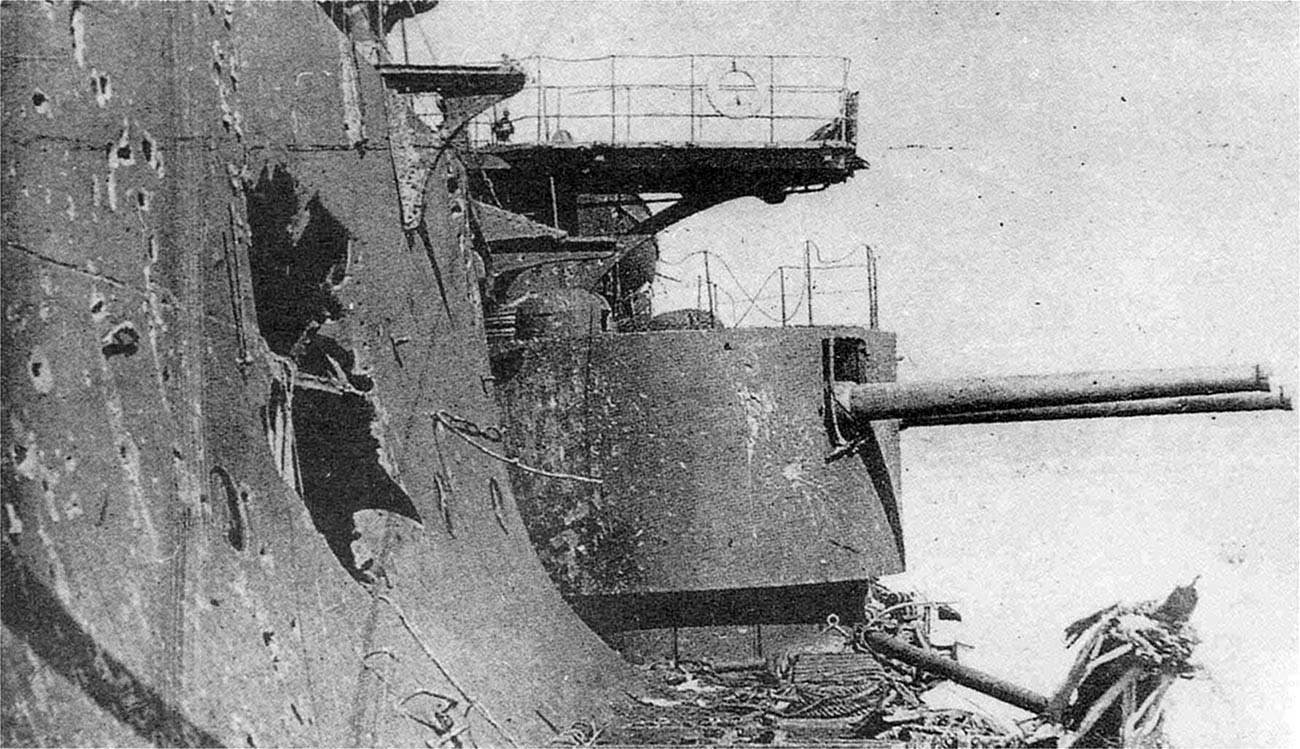 損害を受けたロシア帝国海軍のボロジノ級戦艦「オリョール」