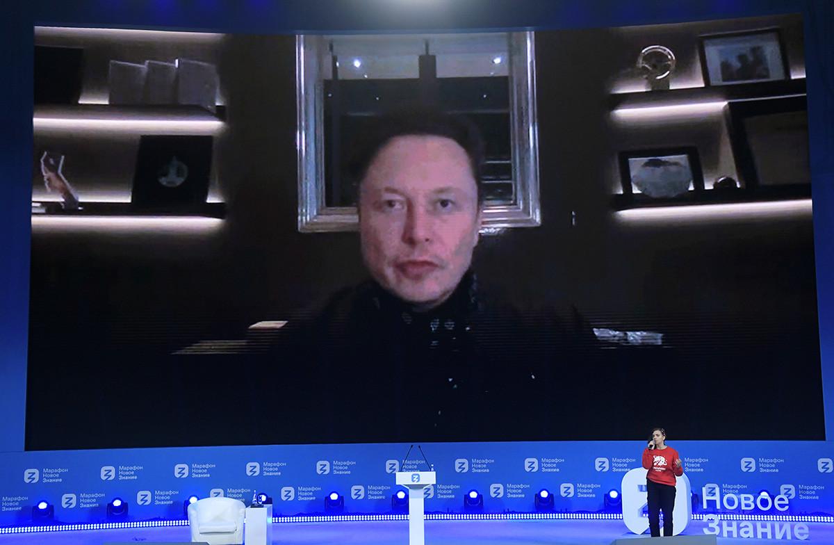 Илон Мъск говори на форума чрез видео разговор