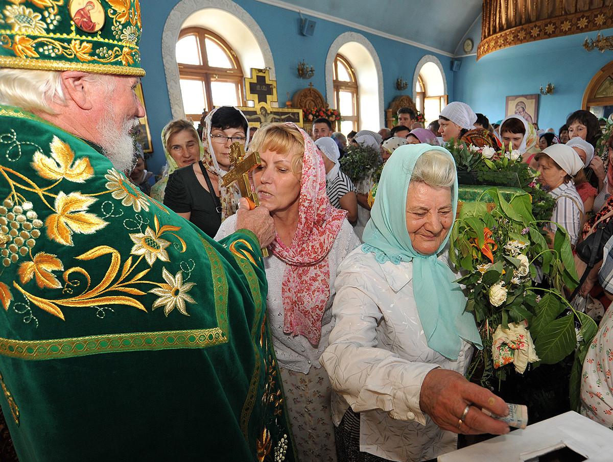Paroissiens durant la liturgie matinale le jour de l'Ascension dans l'église de la Sainte Trinité, au monastère Iverski, à Rostov-sur-le-Don