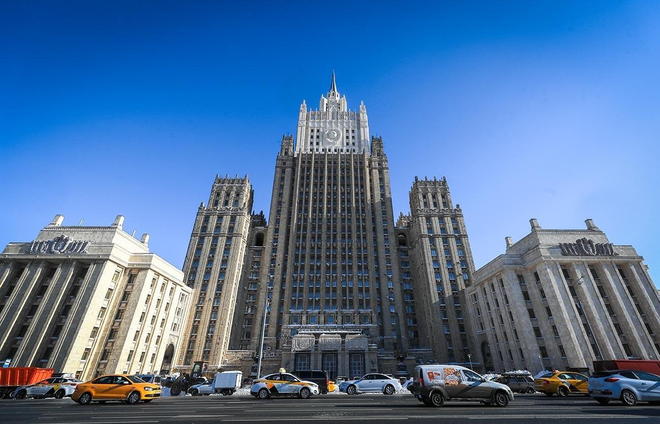 Edifício do Ministério dos Negócios Estrangeiros da Federação da Rússia na Praça Smolenskaya-Sennaya, em Moscou