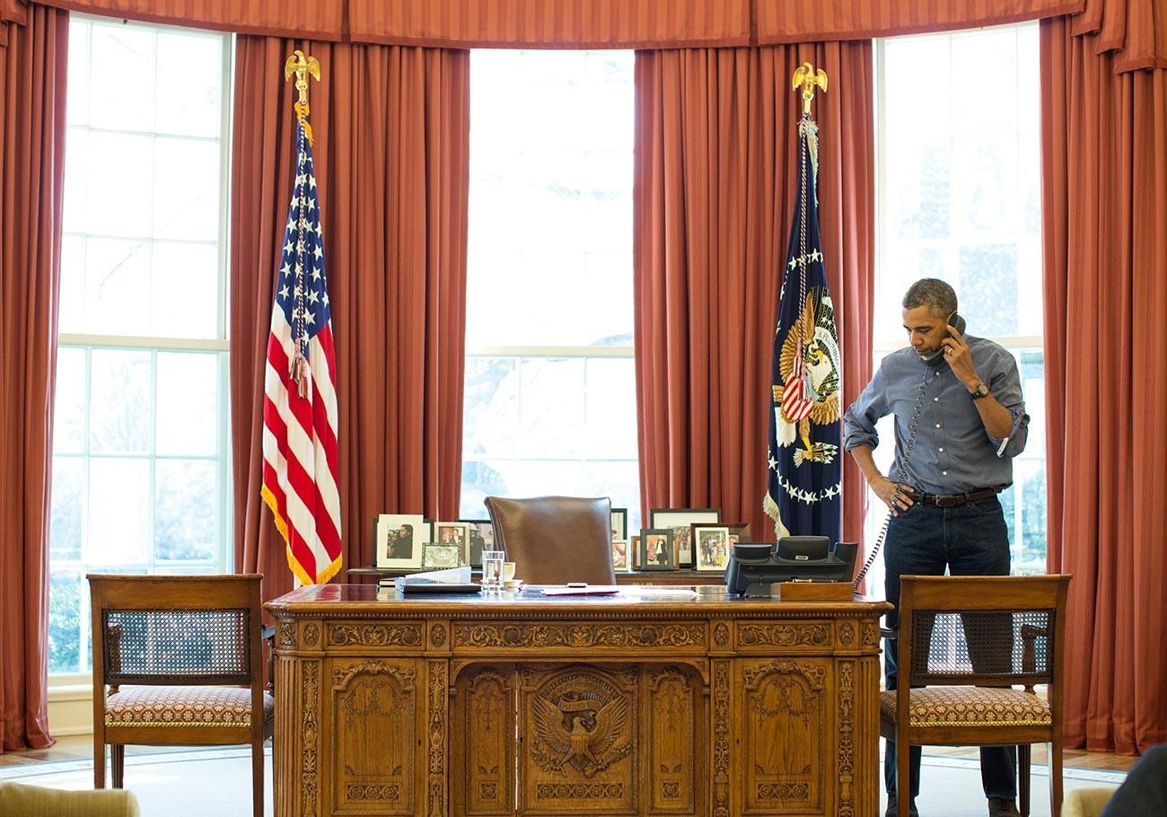 Barack Obama em contato telefônico com Vladimir Putin