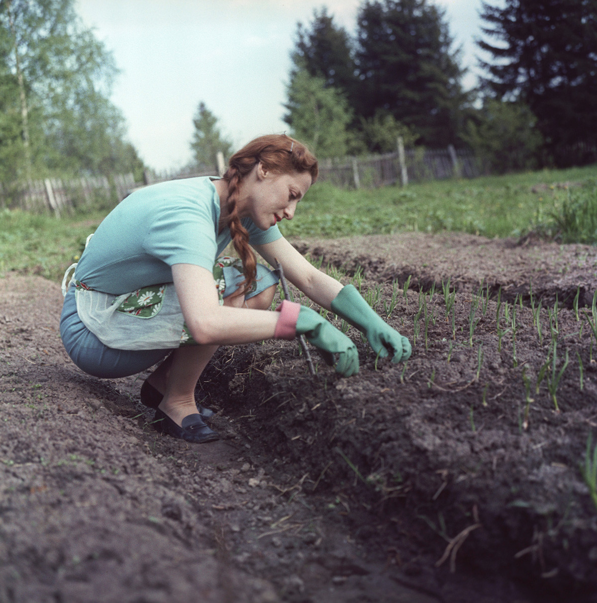 ダーチャで畑仕事をするバレリーナのマイヤ・プリセツカヤ