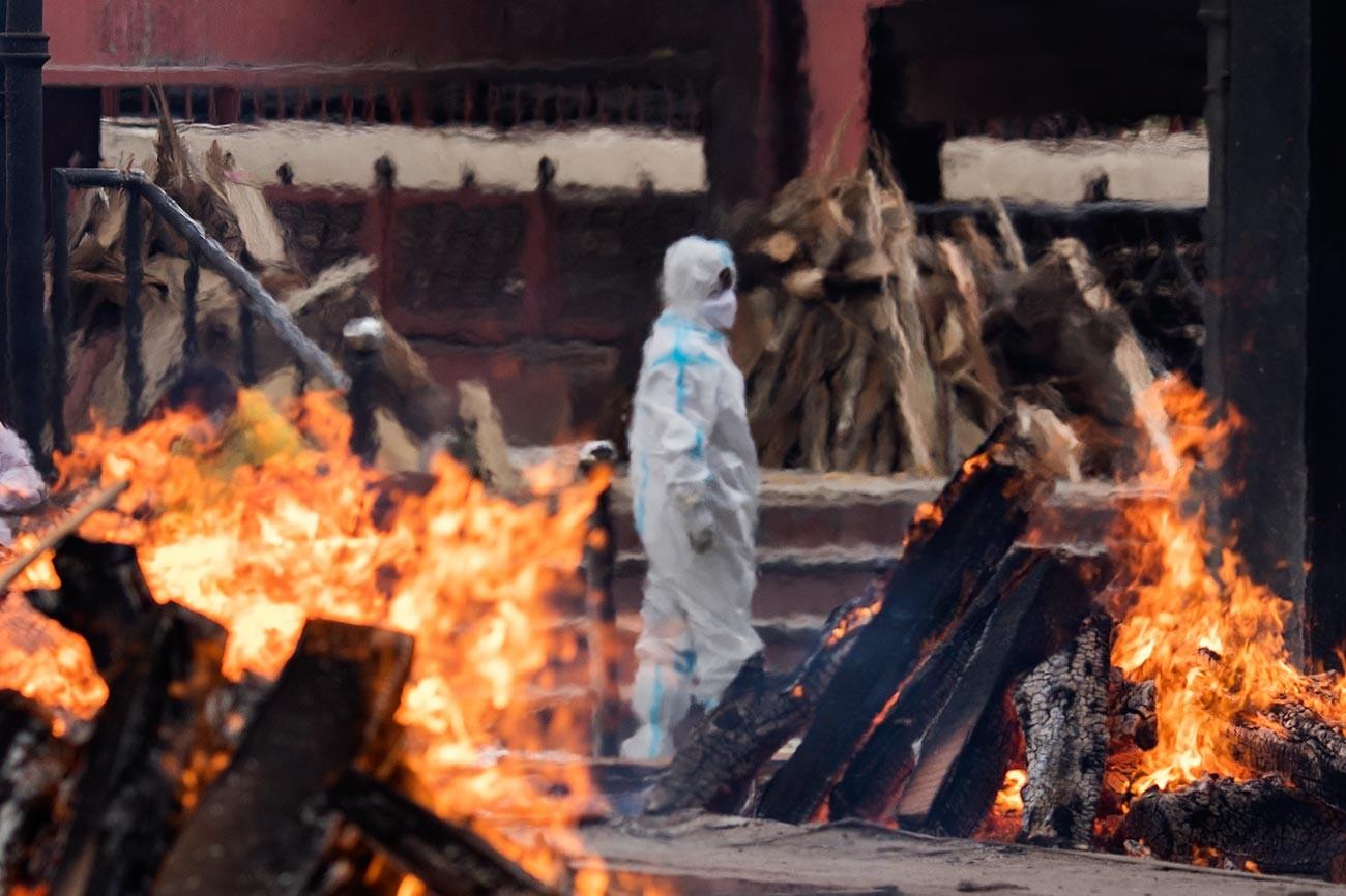 Un crematorio destinato ai morti per Covid, Nuova Delhi, India, 20 aprile 2021; nel maggio scorso Buterin aveva donato 1,14 miliardi di dollari all'India COVID-Crypto Relief Fund per la lotta contro il coronavirus