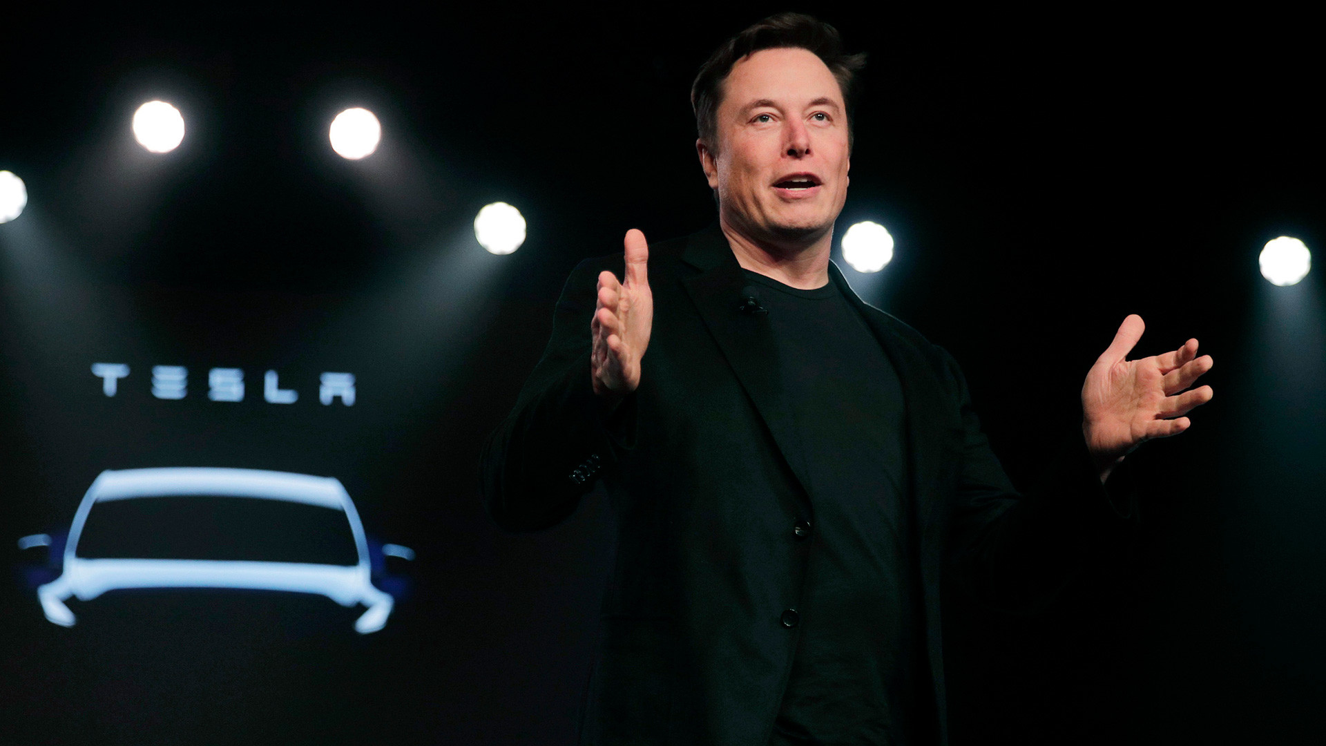 Elon Musk prend la parole avant de dévoiler le modèle Y au studio de design de Tesla