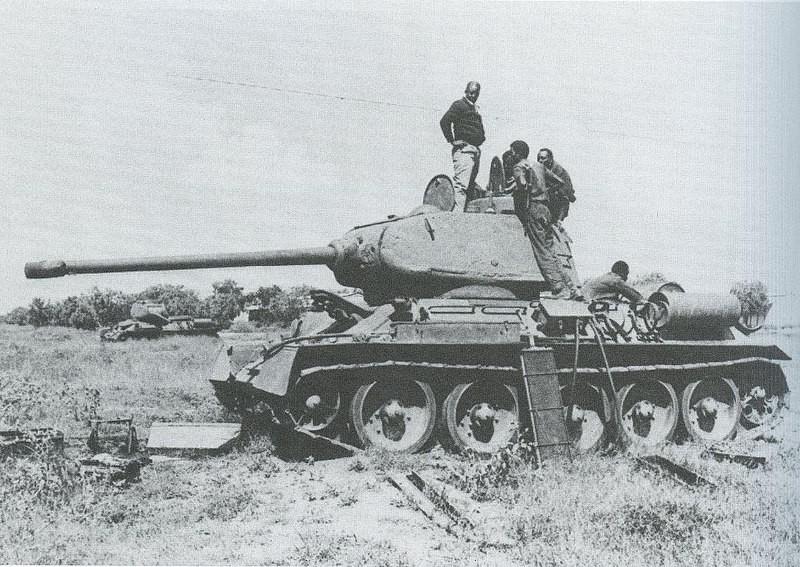 Reparaciones de un T-34 del Ejército Nacional Somalí muy dañado