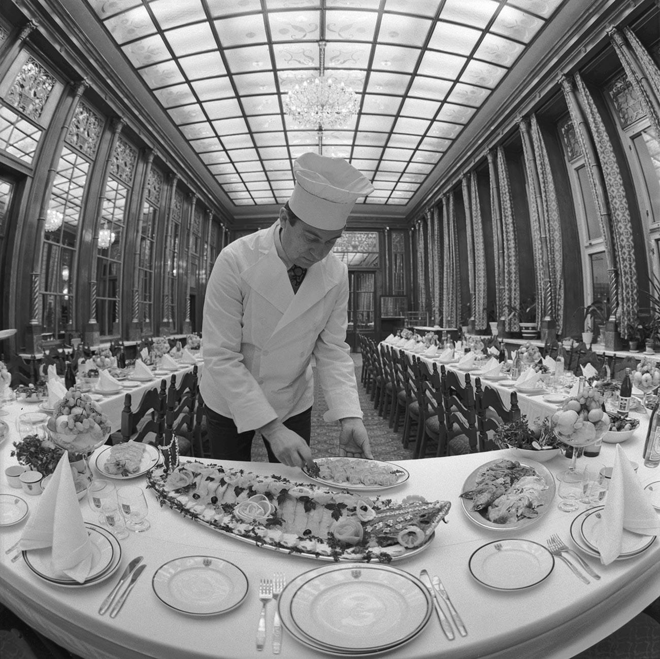 """Die Spiegelhalle des Restaurants """"Praga""""."""