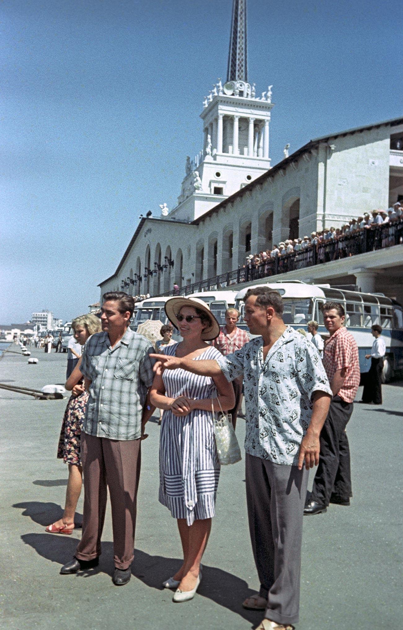 Kandidata za polet v vesolje Andrijan Nikolajev (levo) in Pavel Popovič s soprogo Marino pred rečnim terminalom v Sočiju (avgust, 1962).