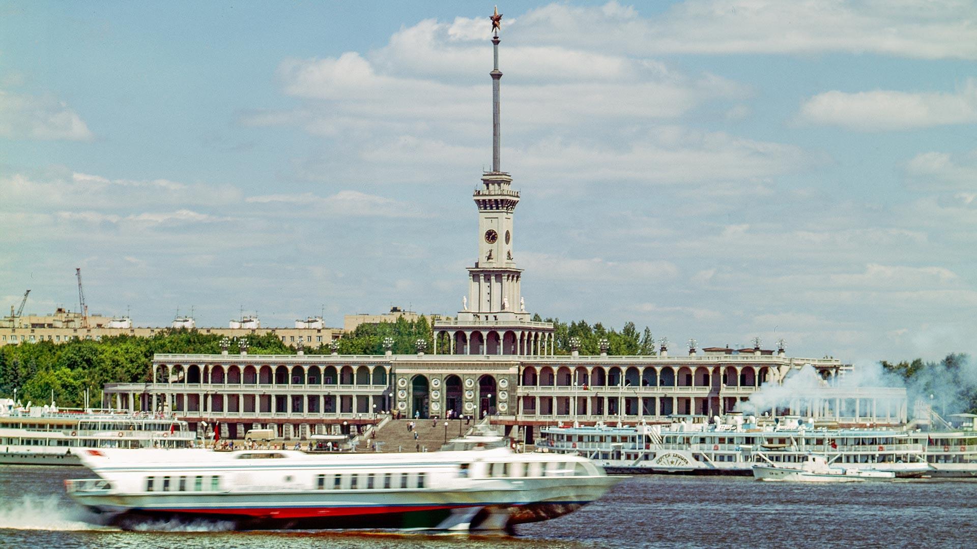Severni rečni terminal na bregu Himkinskega akumulacijskega jezera v Moskvi