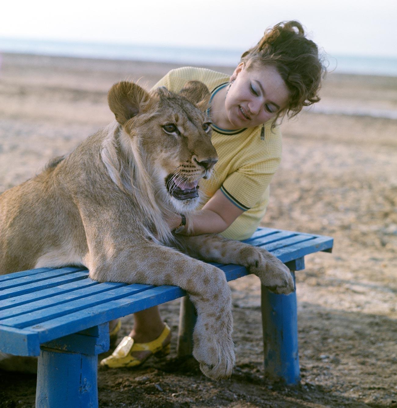 Nina Berberowa auf einem Spaziergang mit ihrem Löwen an der Küste des Kaspischen Meeres.