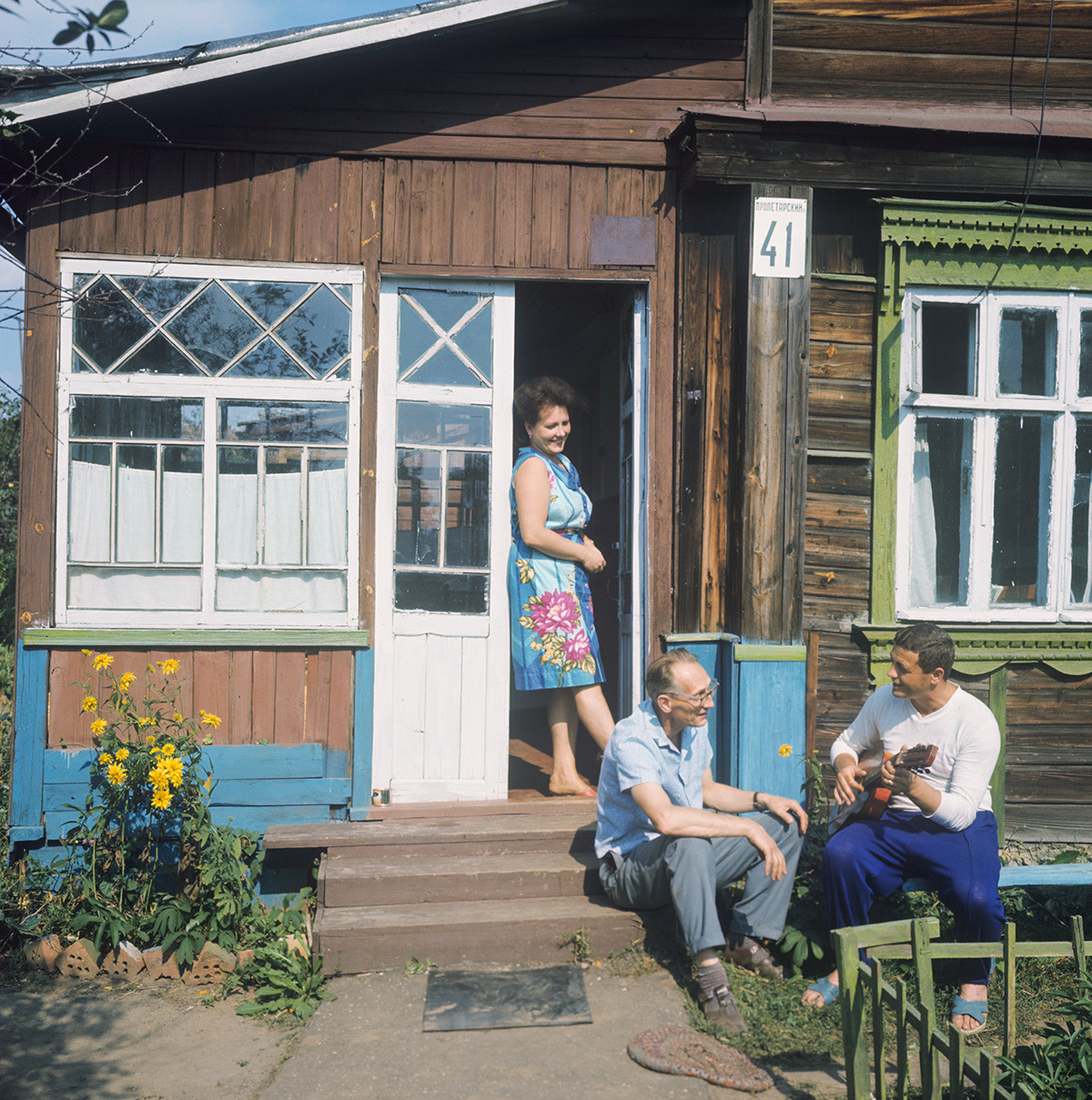O cosmonauta soviético Vladislav Volkov na dátcha, com a mulher e o sogro.