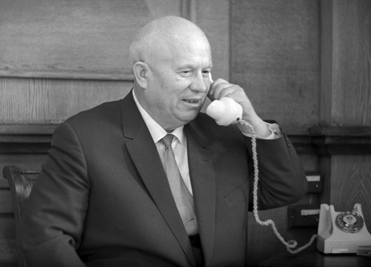 Pemimpin Uni Soviet Nikita Khrushchev di kantornya.