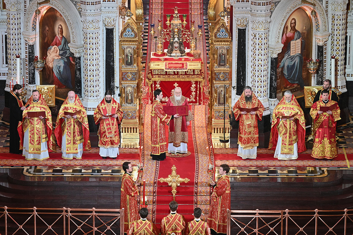 Patriark Ortodoks Rusia Kirill memimpin kebaktian Paskah di Katedral Kristus Sang Juru Selamat di Moskow, Rusia.