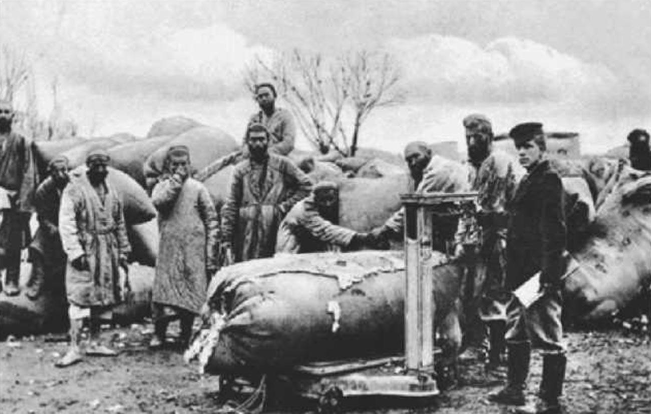 Receiving of cotton in Kokand.