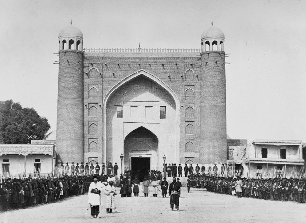 La porta del palazzo del khan a Kokand con i soldati dell'esercito davanti all'ingresso