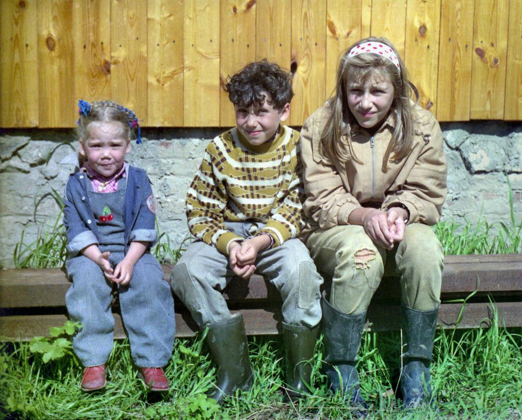 Des enfants portant leur tenue de datcha. Les bottes en caoutchouc y sont un élément essentiel.