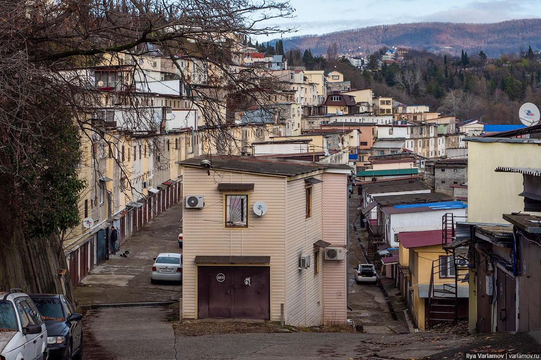Самый крупный массив гаражей в Сочи, переоборудованный в жилые дома.