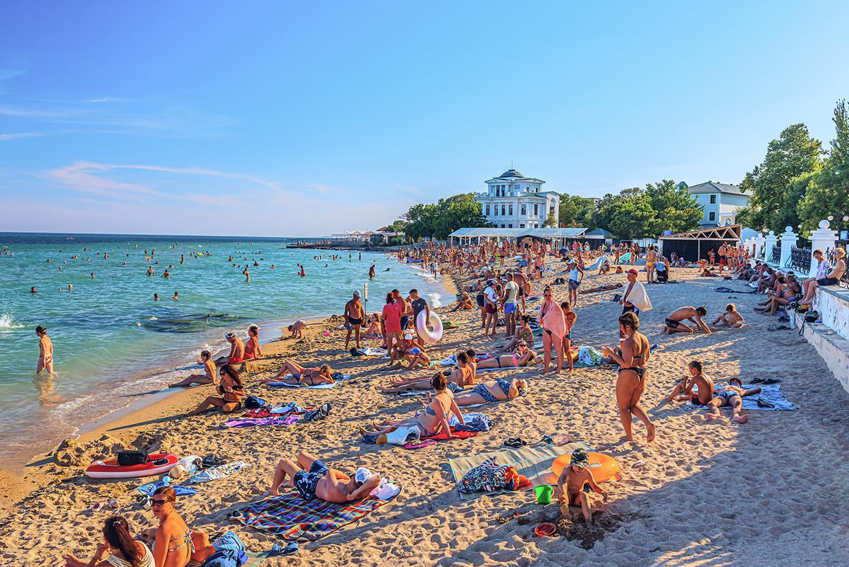Велика гужва током летње сезоне на пешчаној плажи у летњем одмаралишту.