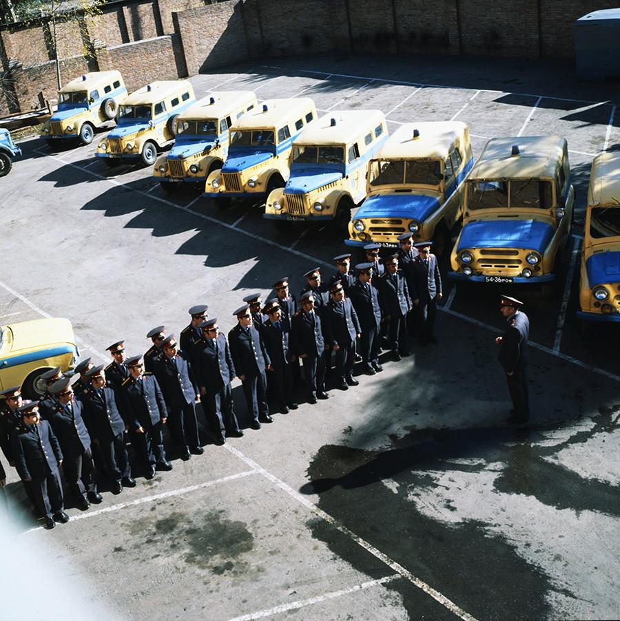 Una unidad de policía se prepara para un turno en Rostov en 1980.