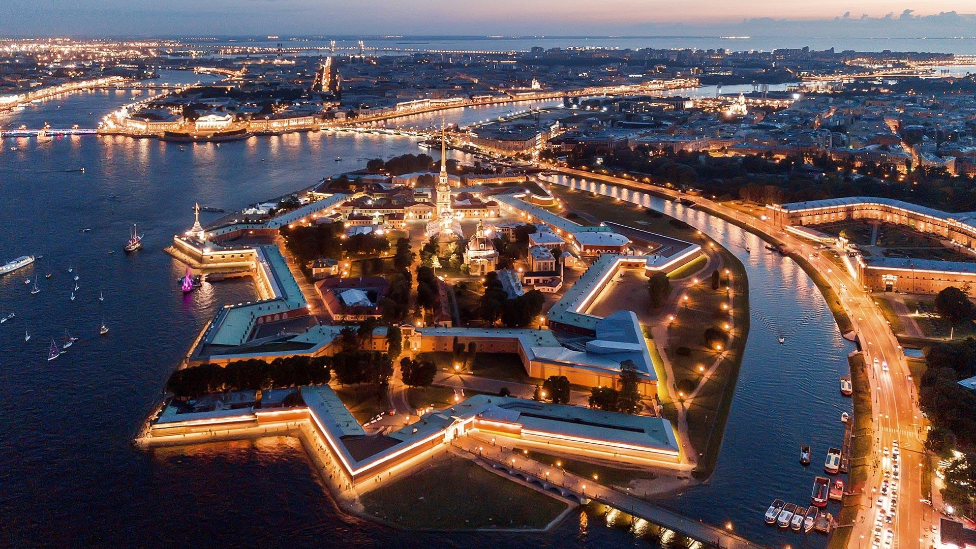 Luftaufnahme der Nachtstadt St. Petersburg, Peter-und-Paul-Festung.
